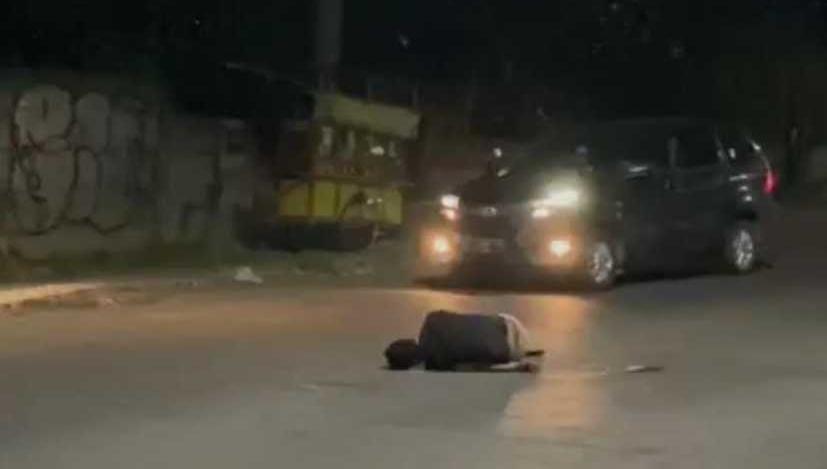 Pria Mabuk di Jalan Pradah Surabaya