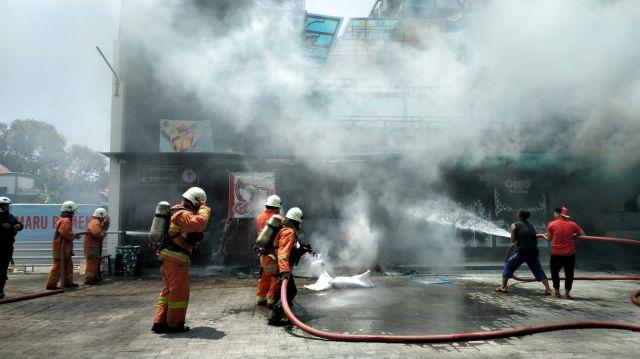 Kontainer Gogo Fried Chicken Cafe Prajurit Kebakaran