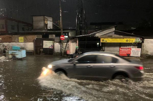 Diguyur Hujan Wilayah di Surabaya Tergenang Air