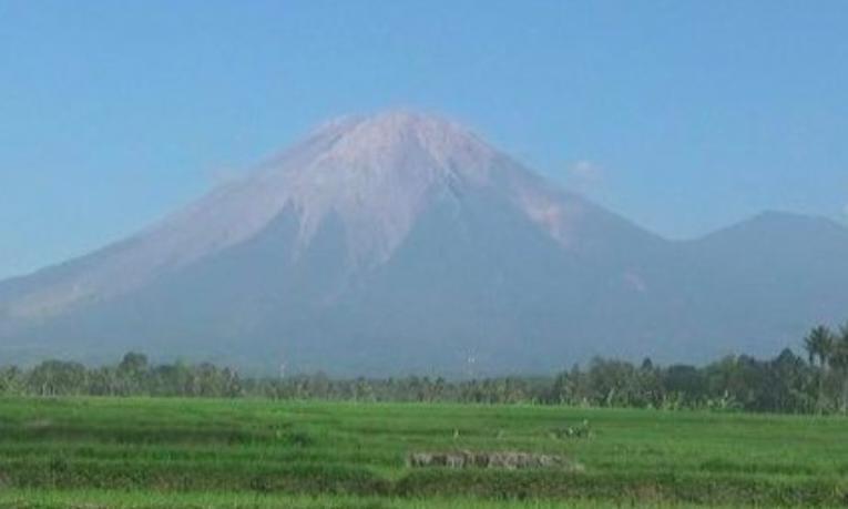 Gunung Semeru Terpantau Kembali Keluarkan Guguran Lava Pijar
