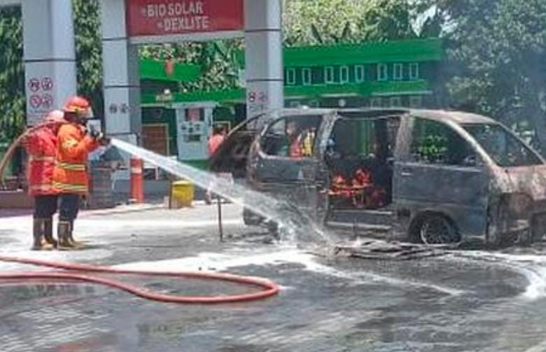 Mobil Daihatsu Espass Di Nganjuk Ludes Terbakar Hampir Bakar SPBU