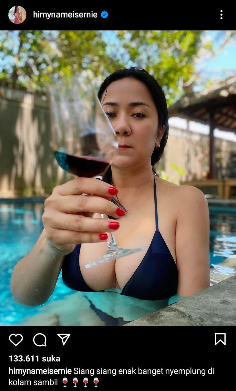 Tante Erni Nge-wine dan Berbikini Di Pantai