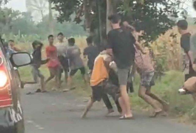 Viral, Puluhan Remaja di Jombang Tawuran di Tengah Jalan