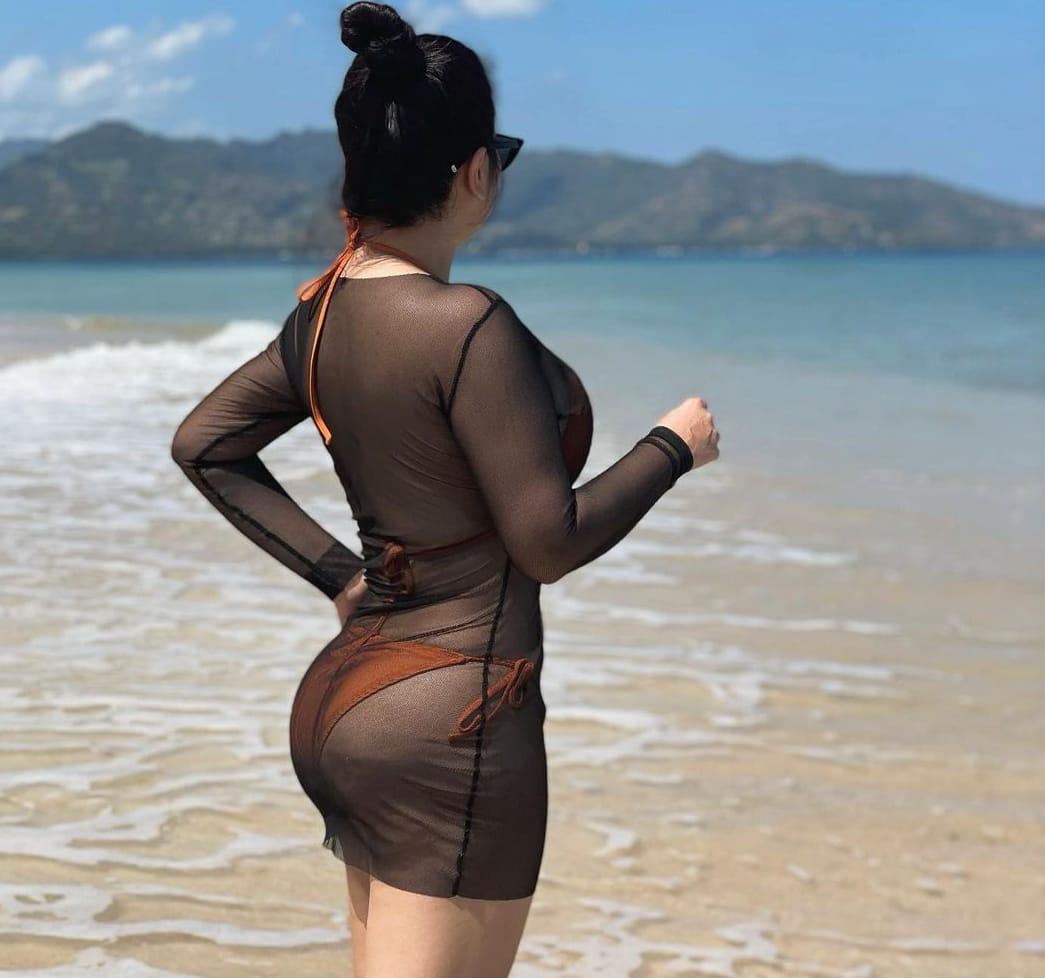 Tante Ernie, tubuh tante Ernie, tante Ernie di pantai, pantai lombok